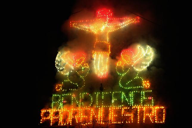 """Weihnachten in Südamerika: Bei der """"Quema del Castillo"""" werden aufwendige Installationen Stück für Stück in einem spektakulären Feuerwerk abgebrannt. Quelle: wikimedia"""