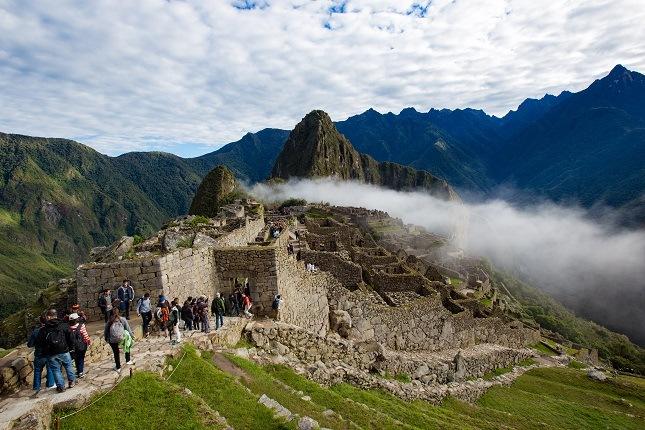Besucher der Inkaruinen von Machu Picchu in den Morgenstunden.