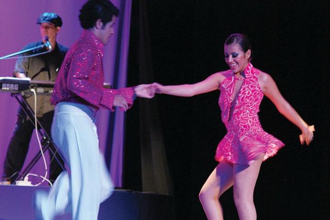 Zwei Salsatänzer in Cartagena tanzen zu schnellen Rhythmen