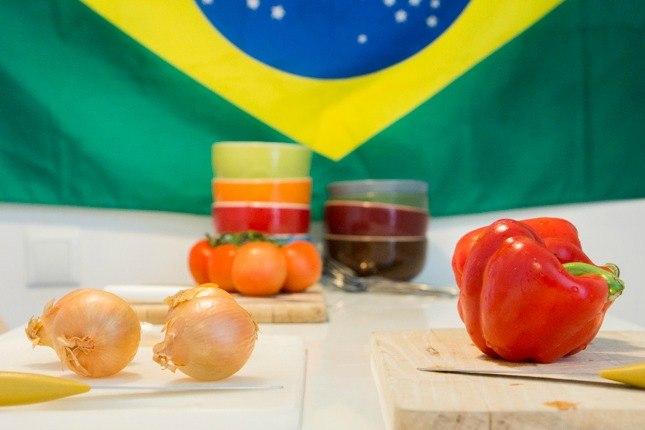 Zutaten für Moqueca liegen auf dem Küchentisch.