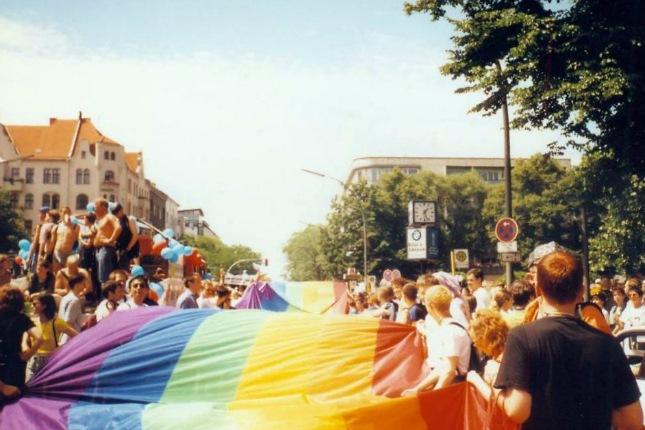 Ehe für alle? In manchen Ländern existiert der Rechtsbeschluss schon deutlich länger als in Deutschland. Im Bild: Der Christopher Street Day in Deutschland 1997. Quelle: Wikimedia Commons